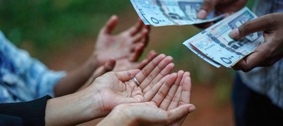 Mains tendues vers argent